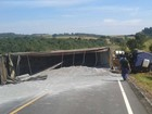 Caminhão tomba em rodovia de Buri (Divulgação/Buri Conectado)