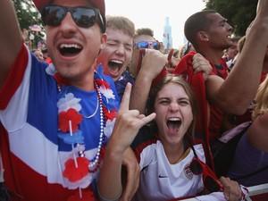 22/6 - Norte-americanos comemoram um dos gols da seleção dos Eua em Chicago (Foto: Scott Olson/Getty Images/AFP)