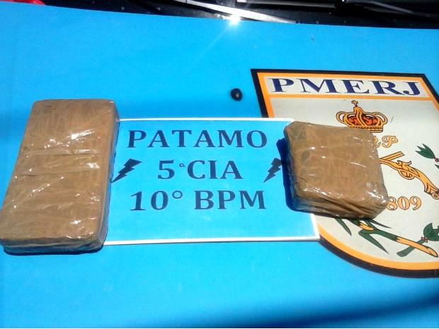 Droga estava escondida na bolsa do suspeito (Foto: Divulgação/Polícia Militar)