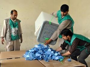 Funcionários preparam a contagem de votos após encerramento da eleição em Mazar-I-Shariff (Foto: Reuters)