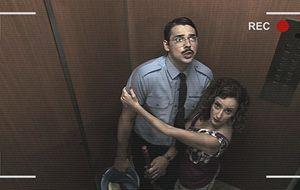 No Flagra: Joel e Zilda ficam presos no elevador e o clima esquenta