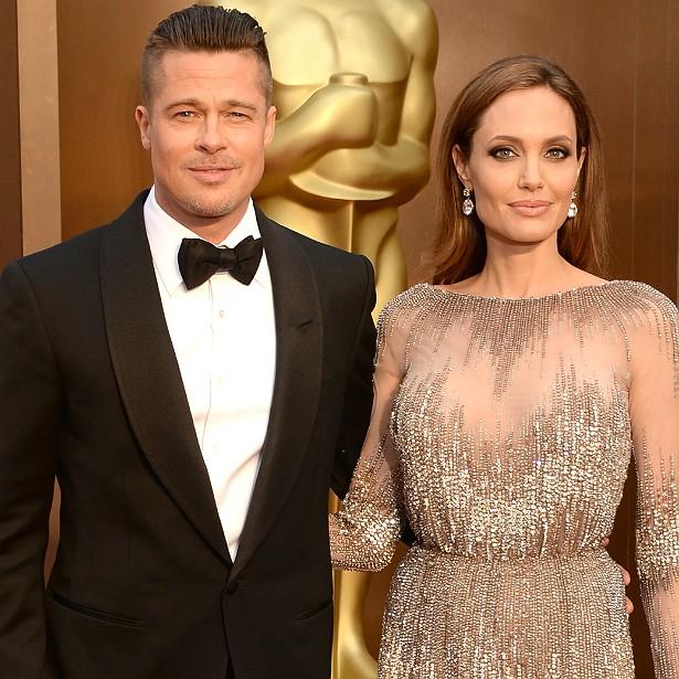"""Brad Pitt e Angelina Jolie se apaixonaram durante as filmagens de 'Sr. & Sra. Smith' (2005), quando ele ainda era casado com Jennifer Aniston. Após negar diversas vezes que o relacionamento deles havia se iniciado nessa circunstância, Jolie acabou depois confirmando a história, que já era conhecida entre fofoqueiros de Hollywood. Foi difícil para ela assumir isso porque seu pai, o ator Jon Voight, traía sua mãe, Marcheline Bertrand (1950-2007). O casal """"Brangelina"""" noivou em abril de 2012 e, em agosto de 2014, eles se casaram na França. Têm seis filhos juntos, metade deles adotados. (Foto: Getty Images)"""