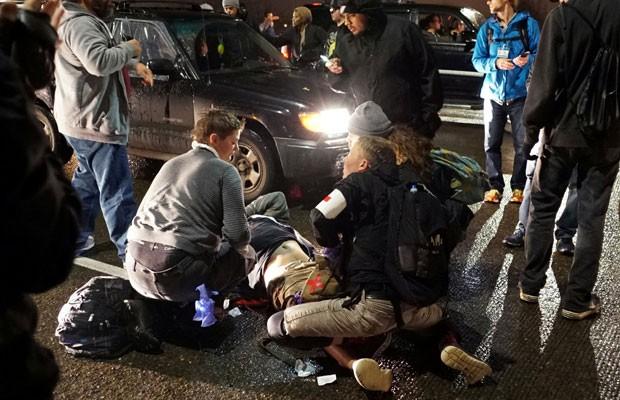 Manifestante é baleado em protesto anti-Trump em Portland, no Oregon. (Foto: Cole Howard/Reuters)