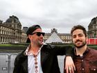 Paulo Gustavo vai a museu com o namorado em Paris