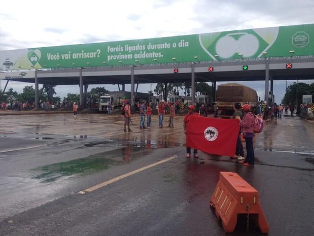 Em documento que deve ser entregue a autoridades locais, os manifestantes pedem apoio para o assentamento de 1,2 mil famílias acampadas às margens da BR-277 em São Miguel do Iguaçu (Foto: Giovan Valiati / RPC)