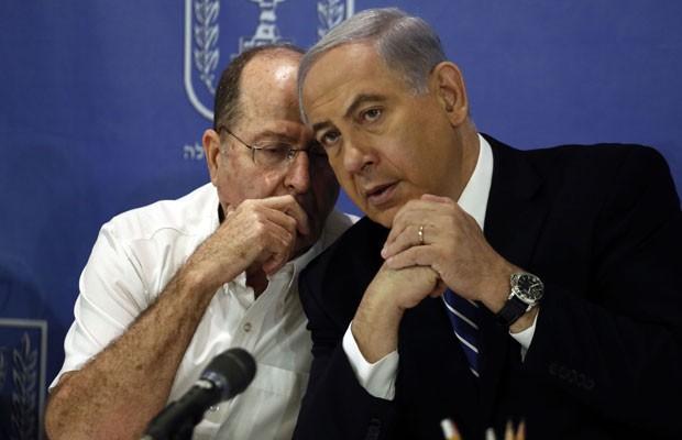 Ao lado do ministro da Defesa, Moshe Yaalon, o primeiro-ministro de Israel, Benjamin Netanyahu, afirmou que ofensiva em Gaza pode durar além de setembro. (Foto: Gali Tibbon/France Presse)