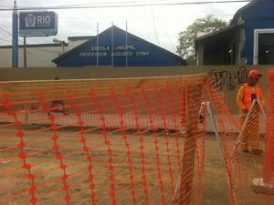 Obra da Transcarioca deixou escola sem merenda (Foto: Isabela Marinho/ G1)