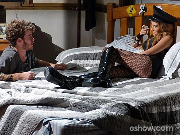 Sidney vê Sofia na cama no lugar de Meg (Foto: Malhação / TV Globo)