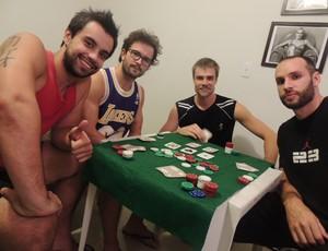 Jogadores jogam pôker nas horas vagas (Foto: Thiago Fidelix)