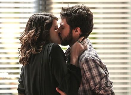 Camila e Giovanni se beijam novamente