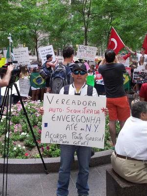 O aposentado Marco de Moraes no protesto realizado em Nova Iorque, no sábado (22) (Foto: Letícia Moraes/Arquivo Pessoal)