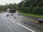 Batida entre caminhões é registrada durante chuva na BR-459, em Caldas