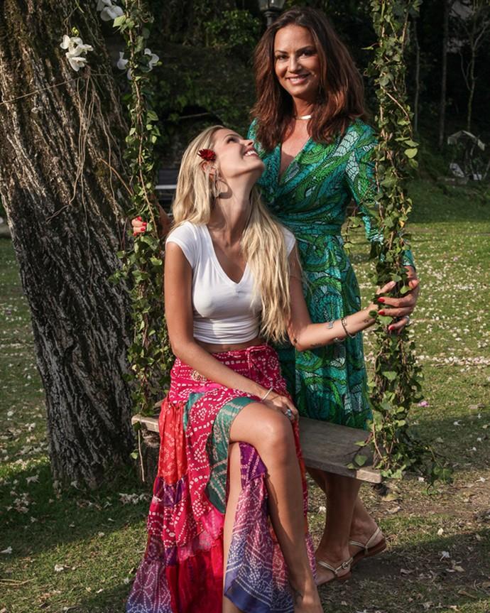Yasmin Brunet olha com carinho para a mãe, Luiza (Foto: Gshow)