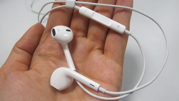 Novos EarPods têm um design que se encaixa melhor nos ouvidos dos usuários (Foto: Laura Brentano/G1)