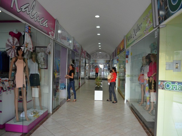 Para aumentar vendas e garantir o conforto dos clientes, Associação das Indústrias de Confecção de Pimenta Bueno organizaram um centro comercial com lojas de todas as fábricas (Foto: Magda Oliveira/G1)