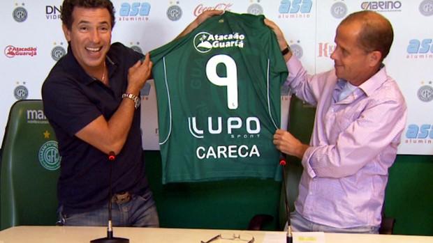Careca recebe a camisa 9 das mãos do presidente bugrino, Marcelo Mingone (Foto: Carlos Velardi / EPTV)