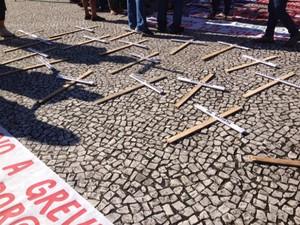 Em protesto, professores espalharam cruzes com nomes de deputados estaduais no Centro de Curitiba (Foto: Diego Sarza/RPC)