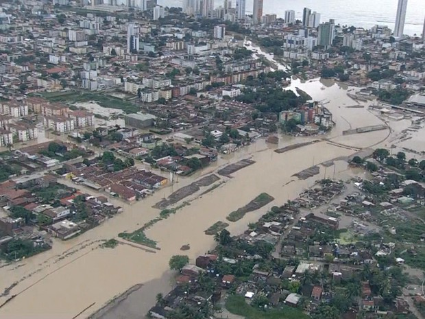 Imagens aéreas mostram o transbordamento do Canal do Fragoso, em Olinda (Foto: Reprodução / TV Globo)