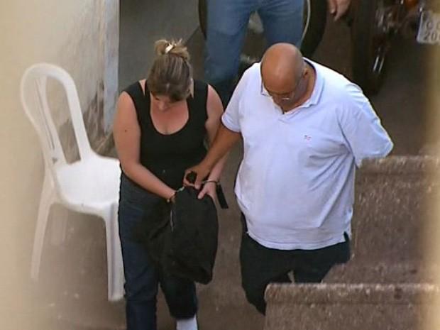 Natália Ponte deixa a DIG algemada após prestar depoimento em Ribeirão Preto (Foto: Maurício Glauco/EPTV)