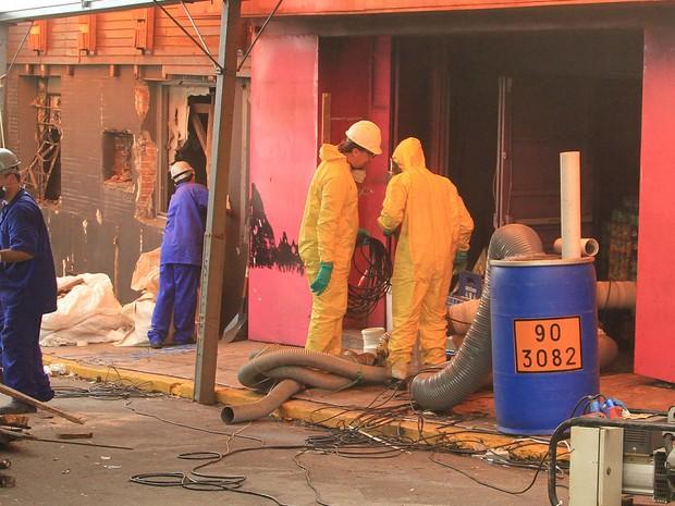 Operários trabalham na limpeza da boate Kiss, em Santa Maria (RS), palco da tragédia que matou 242 pessoas e deixou mais de 600 feridos após incêndio em janeiro de 2013. O trabalho tem previsão de terminar em uma semana (Foto: Itamar Aguiar/RAW Images/Estadão Conteúdo)