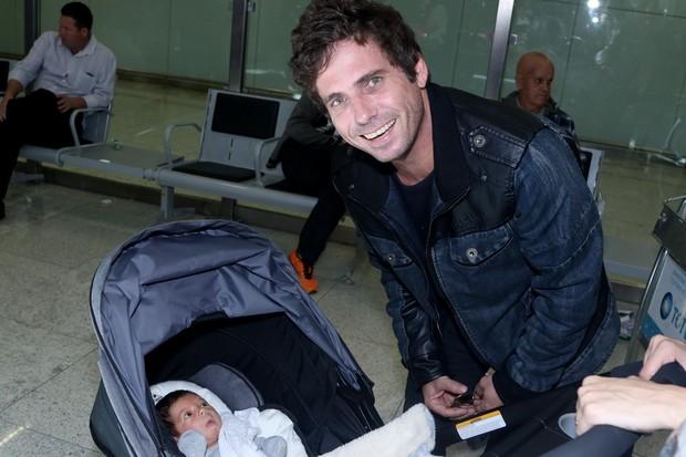 Hudson e o filho recém nascido (Foto:  Thiago Duran/Agnews)