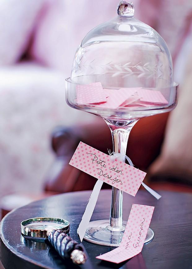 Na mesa de cabeceira, deixe pedaços de papel para cada um escrever seus desejos secretos. Taça com redoma de vidro, da Secrets de Famille (Foto: Rogério Voltan/Editora Globo)