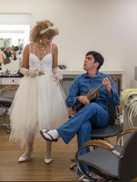Veronica Debom e Marcelo Adnet brincam no camarim do 'Tá no ar' (Foto: Marilia Cabral/TV Globo)