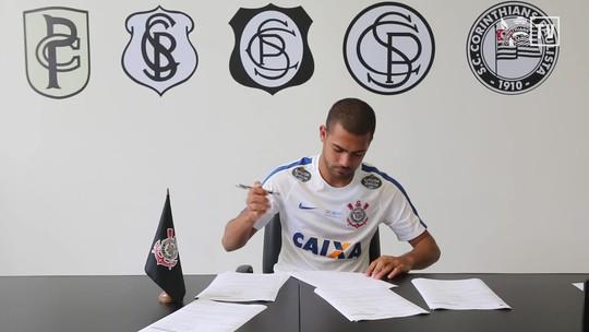 """Clayton assina com o Corinthians e comemora: """"Tamo junto com a Fiel"""""""