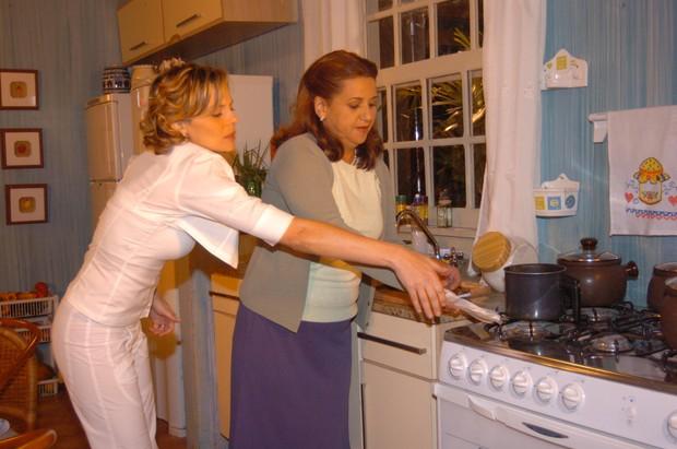 Janice (Mara Manzan) e Eleonora (Mylla Christie) em Senhora do Destino (Foto: Globo / João Miguel Júnior)