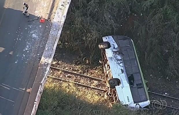 Ônibus cai de viaduto e deixa 6 pessoas feridas em Valparaíso de Goiás (Foto: Reprodução/TV Anhanguera)