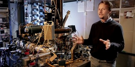 O microscópio de tunelamento (STM na sigla em inglês) e o pesquisador da IBM Andreas Heinrich (Foto: IBM/Reprodução)