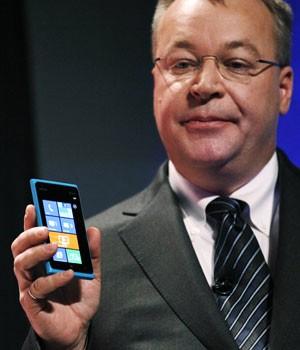 Stephen Elop, presidente-executivo da Nokia, apresenta o smartphone Lumia 900  (Foto: Rick Wilking/Reuters)