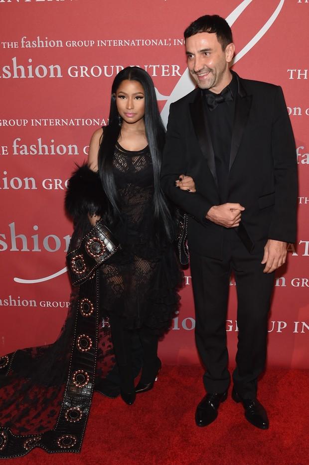 Nicki Minaj e o estilista Riccardo Tisci em festa em Nova York, nos Estados Unidos (Foto: Jamie McCarthy/ Getty Images/ AFP)