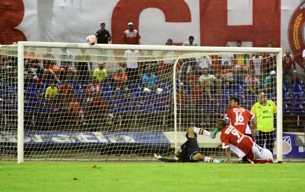 Na sequência do lance, a bola bate no travessão do Sampaio (Foto: Ailton Cruz/ Gazeta de Alagoas)