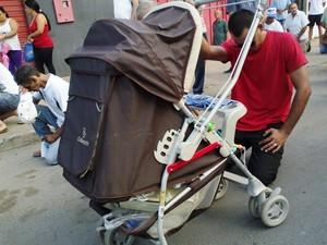 Willian levou o filho de seis meses para a caminhada (Foto: Michelly Oda / G1)