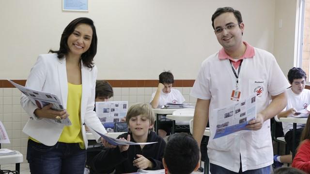 Soninha e o bibliotecário Guilherme distribuem edição de 'O catarininha' (Foto: Juliana C. Machado Menegaz/divulgação)