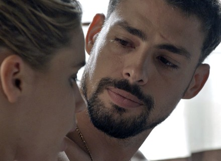Na cama com Belisa, Juliano é duro e descarta namoro
