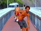 Felipe Roque, de 'A Regra do Jogo', tira a camisa e anda de skate na orla