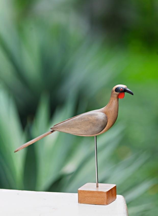 Pássaro de madeira de reúso e inox, Jacu, 23 cm, R$ 550. Peça à venda na Saccaro Teresina (Foto: Maurício Pokemon / Editora Globo)