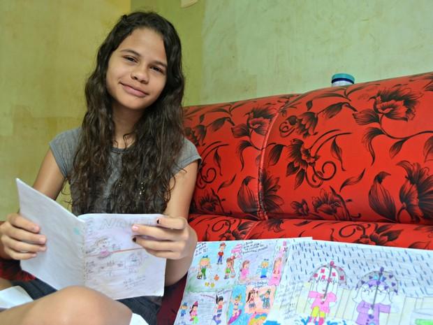 Menina de 12 anos faz quadrinhos no Acre (Foto: Caio Fulgêncio/G1)
