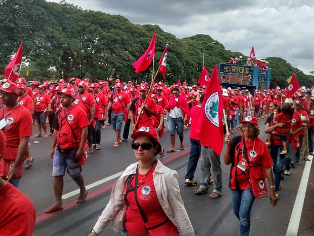 Sem terra durante marcha no Eixo Monumental, em Brasília, na tarde desta quarta-feira (12) (Foto: Isabella Calzolari/G1)