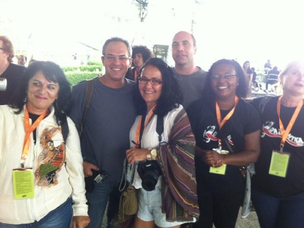 Os pais dos músicos da banda Dazantiga, de Salvador, na plateia do show do grupo no Lollapalooza (Foto: G1)
