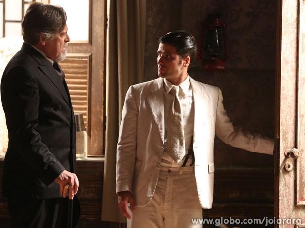 Ernest chama Franz, Amélia e Pérola para morar na mansão, mas o filho recusa (Foto: Joia Rara/ TV Globo)