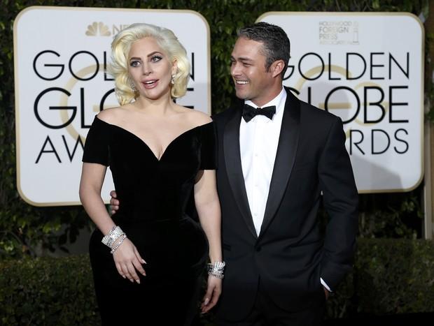 Lady Gaga e o noivo, Taylor Kinney, em premiação em Los Angeles, nos Estados Unidos (Foto: Mario Anzuoni/ Reuters)