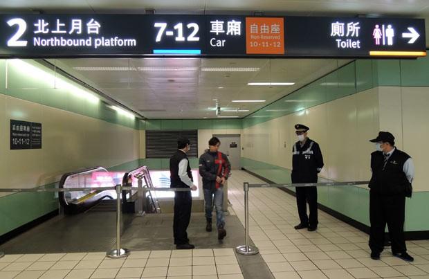 Passageiro anda em frente à estação de Taoyuan, fechada nesta sexta-feira (12) após ameaça de explosão em trem (Foto: AFP)