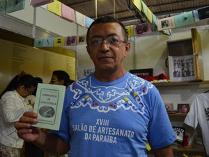 Assis é de João Pessoa e foi vender os cordéis no Salão do Artesanato, em Campina Grande  (Foto: Krystine Carneiro/G1)