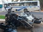 Motociclista ferido em colisão com ônibus teve trauma em braço e perna