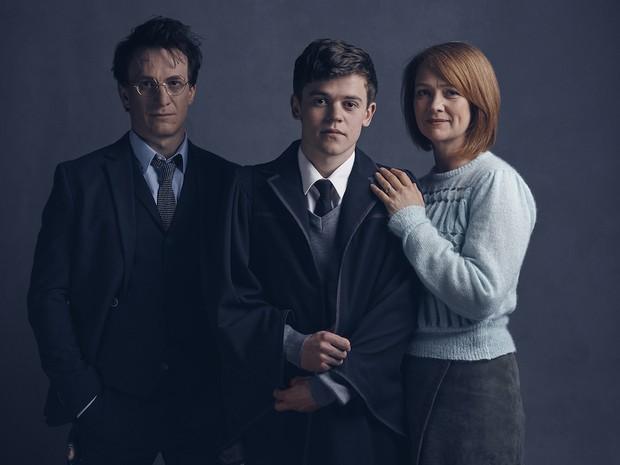 Jamie Parker (Harry Potter), Poppy Miller (Gina Potter) e Sam Clemmett (Albus Severus Potter) da peça 'Harry Potter and the Cursed Child' (Foto: Divulgação/Harry Potter Theatrical Productions)