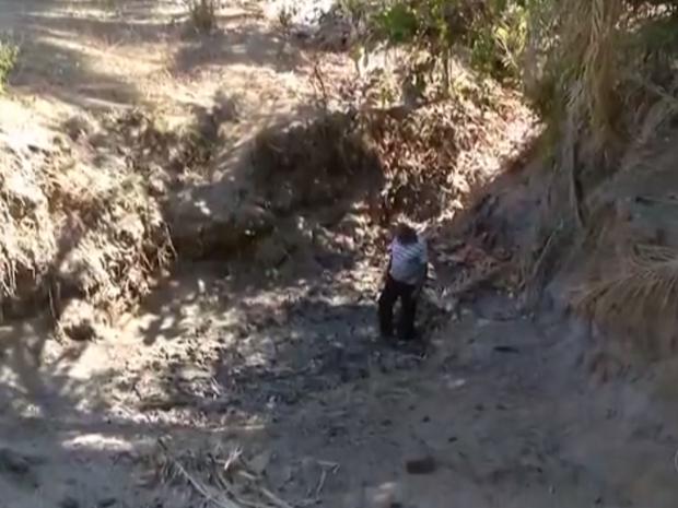 Homem caminha no leito de rio no município de Ipueiras (Foto: Reprodução/TV Anhanguera)
