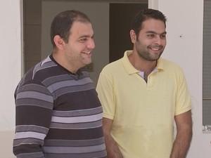 Saib (esq.) e Ariam (dir.) deixaram vida de dentista para venderem salgados (Foto: Reprodução/ TV TEM)